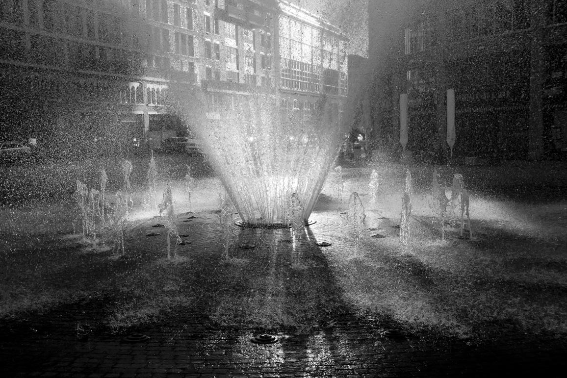 Springbrunnen am Main Plaza in SW