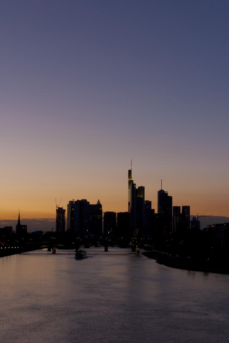Am Osthafen - Blaue Stunde - Blick zur Skyline