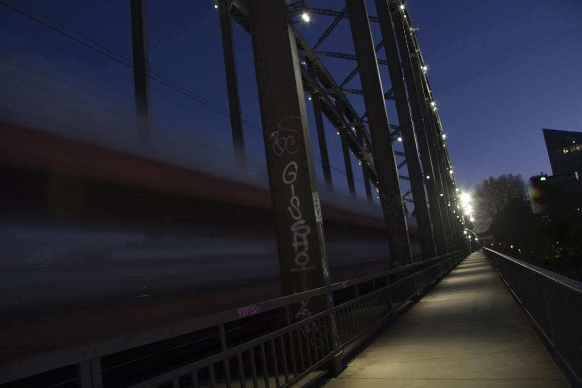 Am Osthafen - Blaue Stunde - Zug-Brücke