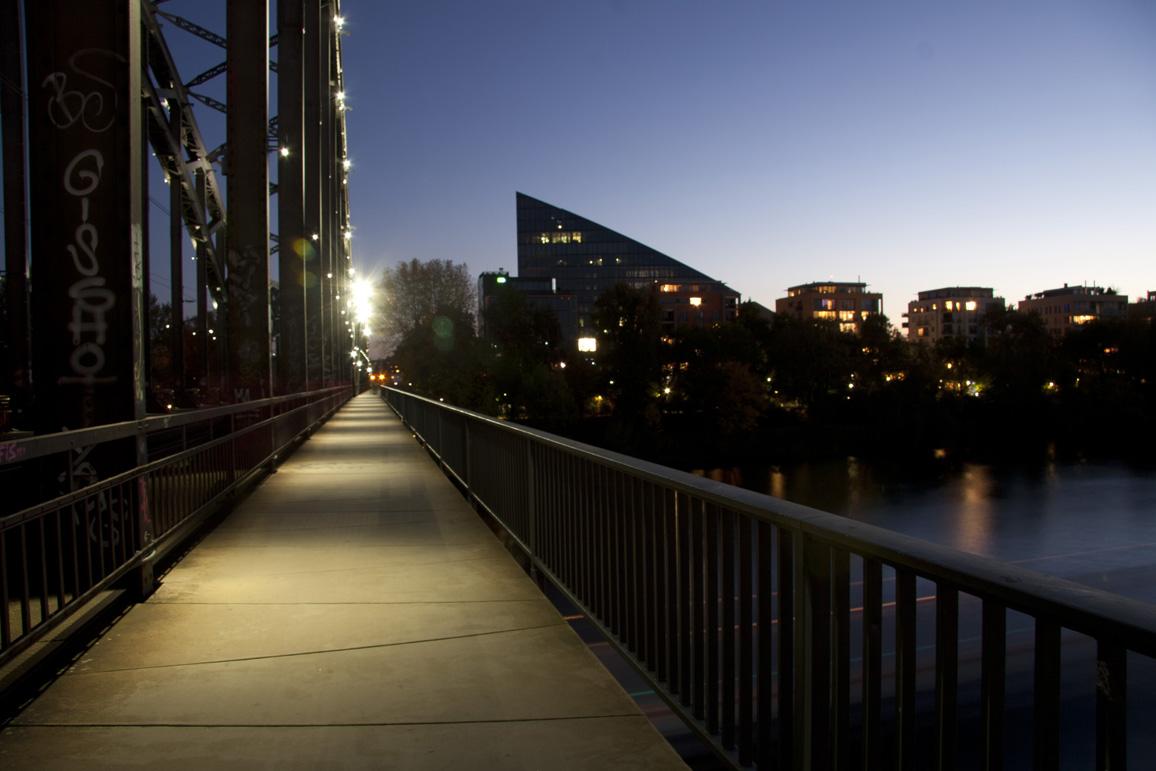 Am Osthafen - Blaue Stunde - Fußweg Brücke